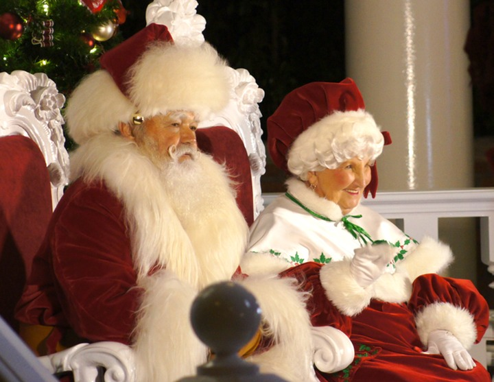 SANTA AND MRS CLAUS 4